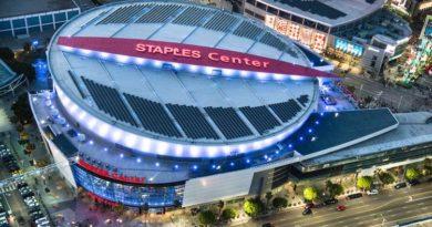 Pohled z dronu na halu Staples Center v Los Angeles